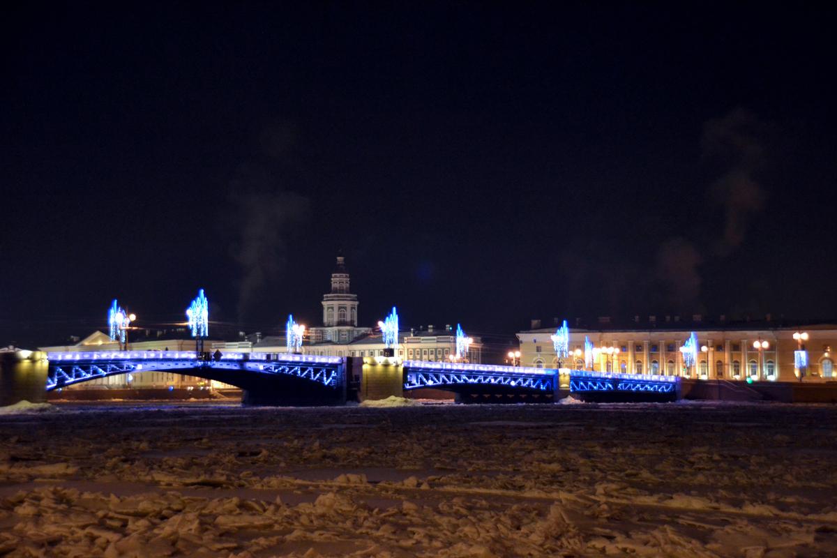 12. Дворцовый мост. Кадр сделан со льда Невы. Мороз - 26 градусов.